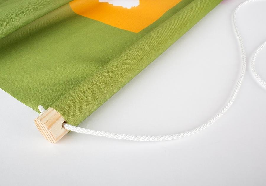 Vista de vaina superior_con barra de madera_y cordel_o cuerda_ para bandera estandarte_banner_colgante para publicidad_interior_plv_textil_cartel